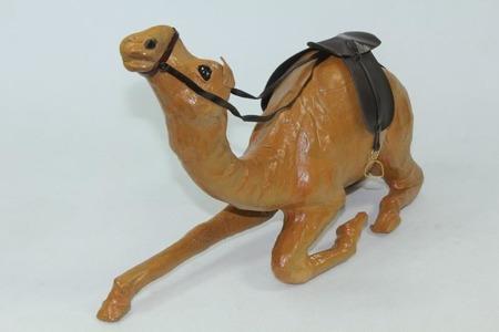 Figurka wielbłąd ze skóry